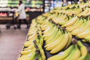 alt tekst voorbeeld: rij gele bananen in de supermarkt